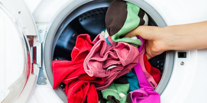 bỏ quá nhiều quần áo vào máy giặt