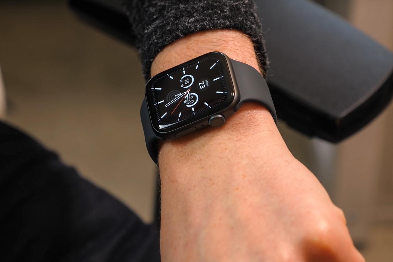cá tính Apple Watch Series 5 GPS, 44mm viền nhôm xám dây cao su đenMWVF2VN/A
