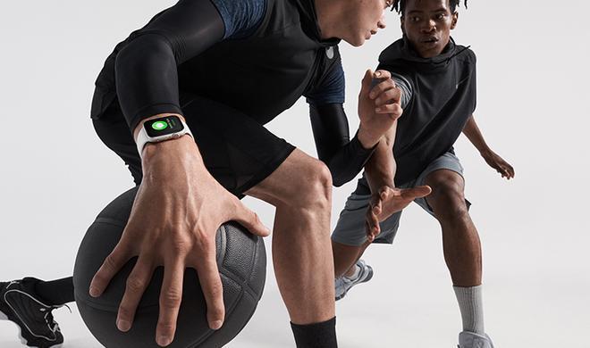 đồng hành cùng mọi hoạt động Apple Watch Series 5 GPS, 44mm viền nhôm xám dây cao su đenMWVF2VN/A